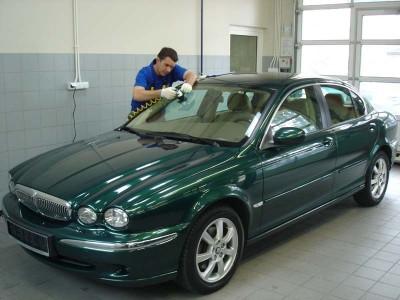 Zdjęcie naprawy przedniej szyby samochodowej