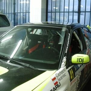 Zdjęcie przedniej szyby samochodu rajdowego