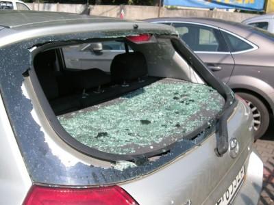 Zdjęcie zbitej tylnej szyby samochodowej
