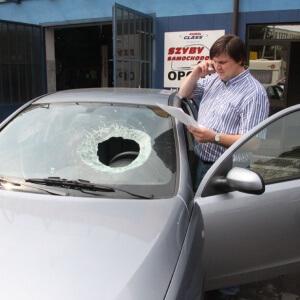 Zdjęcie zniszczonej auto szyby