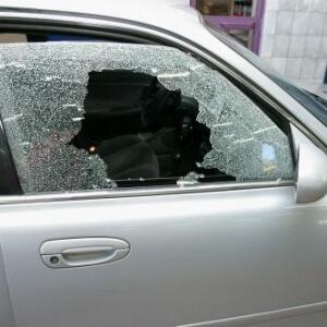 Zdjęcie zbitej szyby bocznej samochodu