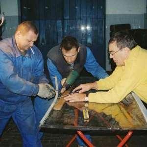 Zdjęcie przygotowywania szyby samochodowej do montażu
