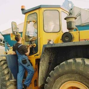Zdjęcie wymiany szyby w maszynie budowlanej