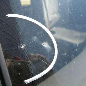 Zdjęcie pęknięcia szyby samochodowej
